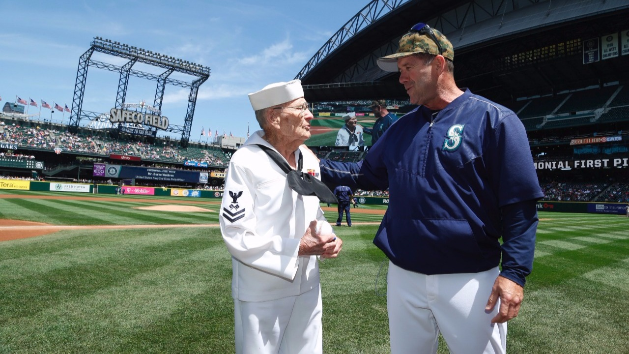 92-year-old veteran throws out first pitch at Mariners game