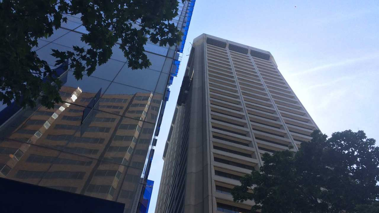 Trapped window washers rescued in downtown Seattle